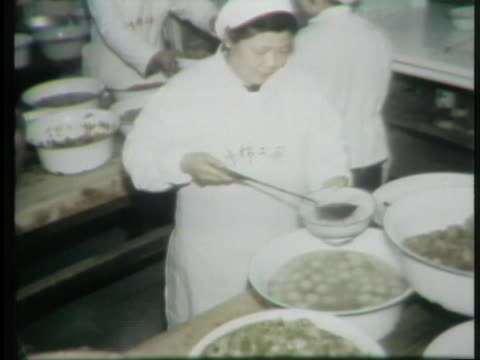 chinese workers line up for food. - お玉点の映像素材/bロール