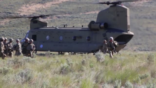 vidéos et rushes de chinook helicopters deliver m777 howitzers by sling load to yakima training center, washington army national guard, 24 june 2019. - carrying