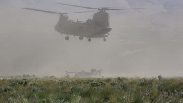 chinook helicopters deliver m777 howitzers by sling load to yakima training center, washington army national guard, 24 june 2019. - howitzer stock videos & royalty-free footage