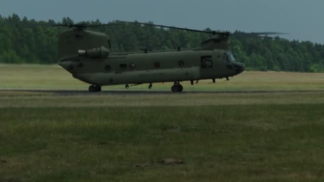 vídeos y material grabado en eventos de stock de chinook helicopters from 2nd battalion 227th aviation regiment arrive and refuel during saber strike at ziemsko airfield poland june 4 2018 - regimiento