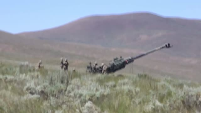 stockvideo's en b-roll-footage met chinooks deliver m777 howitzers by sling load for soldiers with washington army national guard to conduct an artillery raid at yakima training center... - infanterie