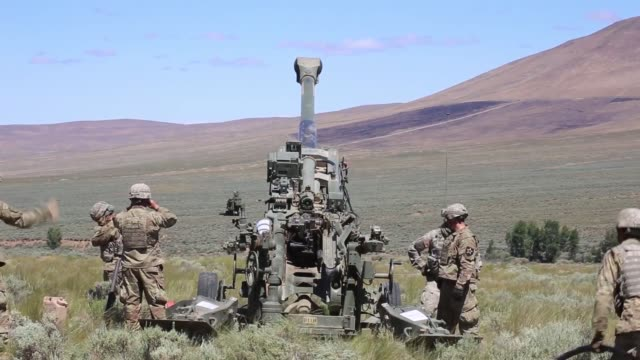chinooks deliver m777 howitzers by sling load for soldiers with washington army national guard to conduct an artillery raid at yakima training center... - infanterie stock-videos und b-roll-filmmaterial