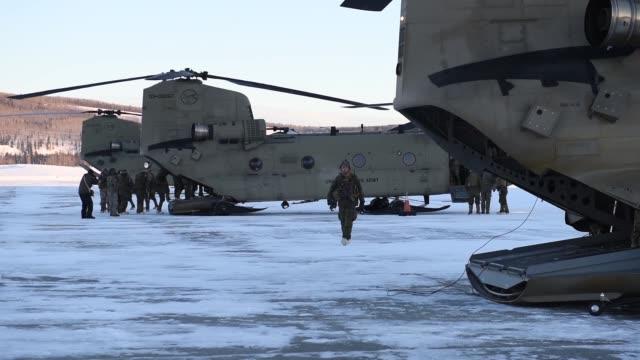 chinooks from 1st battalion 52nd aviation regiment carrying marines from 2nd battalion 8th field artillery regiment conduct ground refueling... - basläger bildbanksvideor och videomaterial från bakom kulisserna