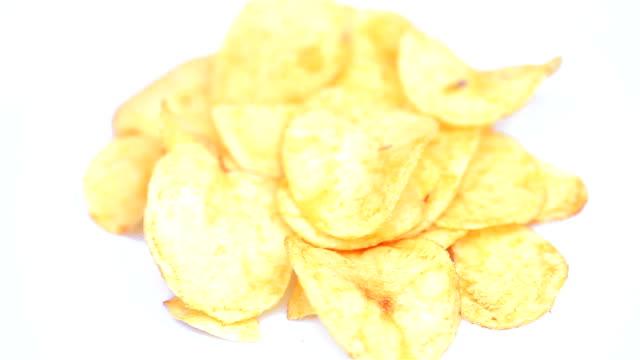 vídeos de stock, filmes e b-roll de batata chips macro - snack salgado