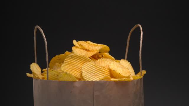 stockvideo's en b-roll-footage met chips voorraad - pellen