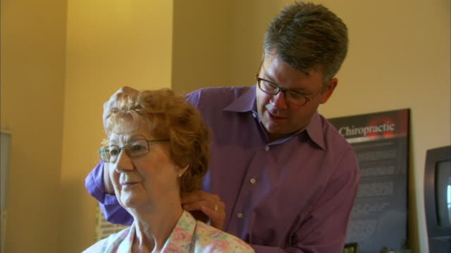 vídeos y material grabado en eventos de stock de ms chiropractor examining patient, head of st. margaret's bay, nova scotia, canada - cuello humano