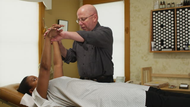 vidéos et rushes de ms chiropractor treating female patient / manchester, vermont, usa - manchester vermont