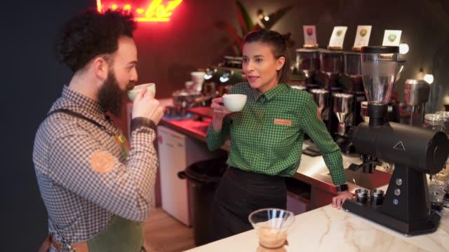 chit chat with colleague - bricco per il caffè video stock e b–roll