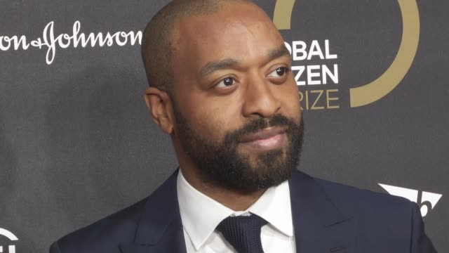 chiwetel ejiofor at global citizen prize at royal albert hall on december 13, 2019 in london, england. - royal albert hall点の映像素材/bロール