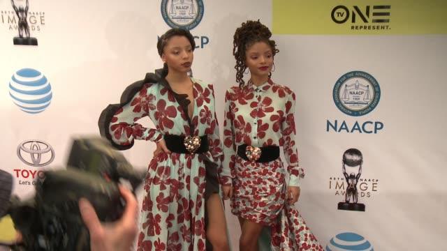 chloe bailey and halle bailey at 48th naacp image awards at pasadena civic auditorium on february 11, 2017 in pasadena, california. - パサディナ公会堂点の映像素材/bロール