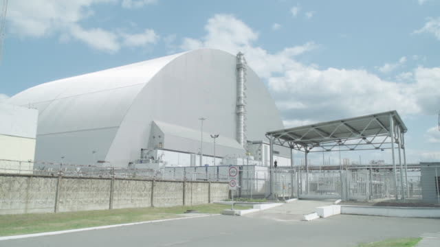 stockvideo's en b-roll-footage met chnpp new safe confinement near chernobyl, on june 18, 2019. the chernobyl disaster was a catastrophic nuclear accident that occurred on 26 april... - kernramp van tsjernobyl