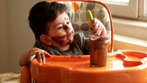 vídeos y material grabado en eventos de stock de chocolate bebé comiendo - mischief