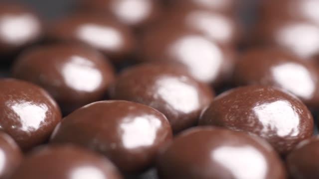 stockvideo's en b-roll-footage met chocolade bonen snoepjes - ingrediënt