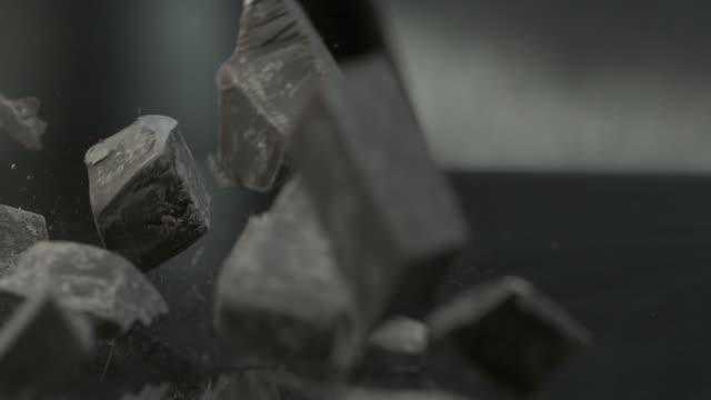 vídeos y material grabado en eventos de stock de chocolate blocks falling onto hard surface - sólido