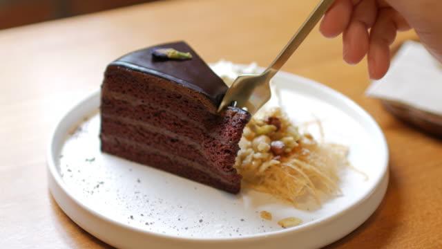 vídeos y material grabado en eventos de stock de dolly de pastel de chocolate tiro derecho a corte de la mano izquierda, humano - pastel dulce
