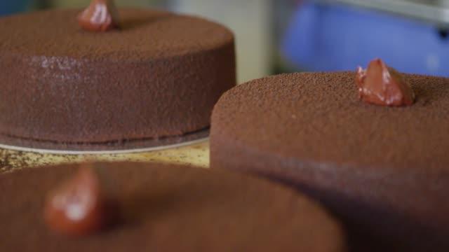 vídeos y material grabado en eventos de stock de chocolate cake in san francisco - al horno