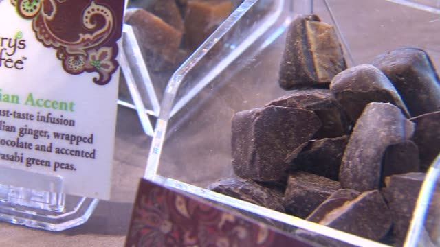 chocolate covered toffee in clear boxes at terry's toffee in chicago on feb 10 2015 - karamell stock-videos und b-roll-filmmaterial