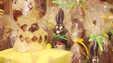vídeos y material grabado en eventos de stock de chocolate easter bunny production at confiserie felicitas in italy - pascua