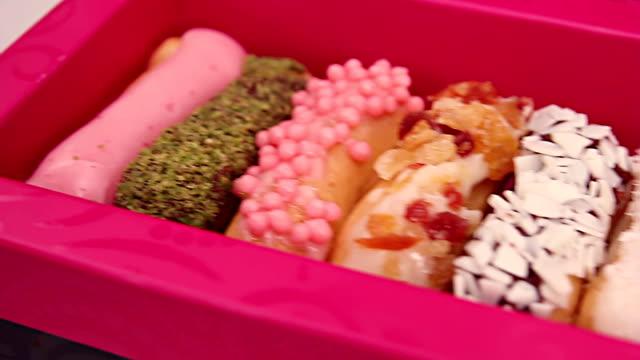 vídeos y material grabado en eventos de stock de chocolate eclairs en caja - galleta dulces