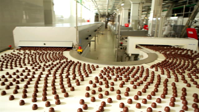 stockvideo's en b-roll-footage met chocoladefabriek - lopende band