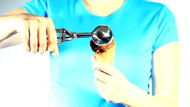 vídeos y material grabado en eventos de stock de helado de chocolate - cuchara de helado