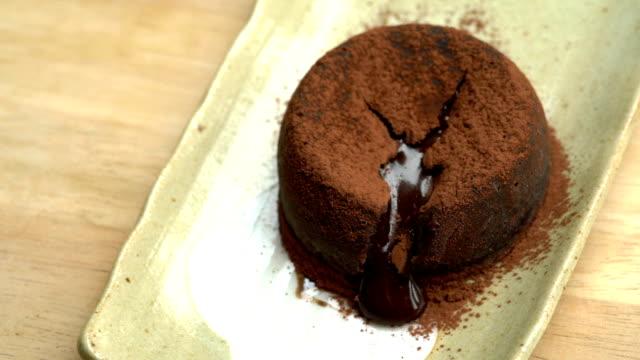 vídeos de stock, filmes e b-roll de slo mo - lava chocolate bolo - bolo de chocolate derretido - comida doce