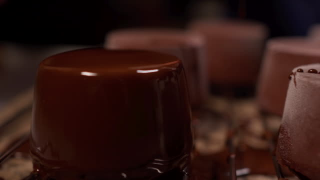 schokolade macht alles besser - flüssig stock-videos und b-roll-filmmaterial
