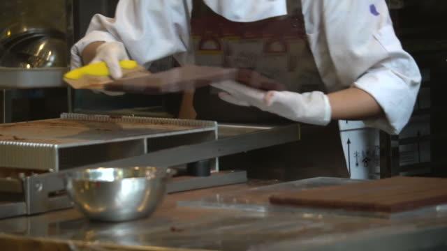 schokoladenherstellung - toffee stock-videos und b-roll-filmmaterial