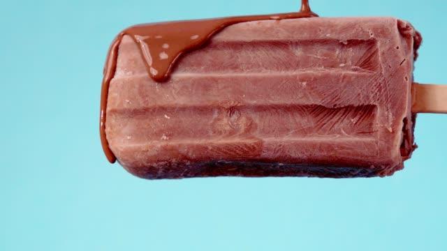 チョコトッピングのチョコレートスクルポップスクル - 棒切れ点の映像素材/bロール