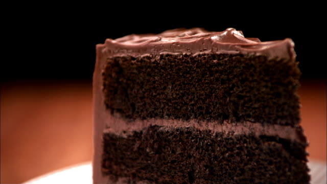 cu, pan, chocolate sauce being poured on cake  - dessert video stock e b–roll