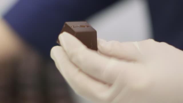 vidéos et rushes de chocolatier's kitchen - décoration de chocolat - cuisinier