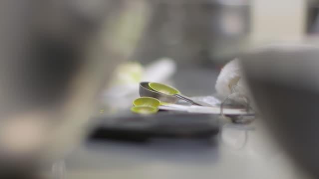 ショコラティエのキッチン - スプーンとバターの測定 - 調理用へら類点の映像素材/bロール