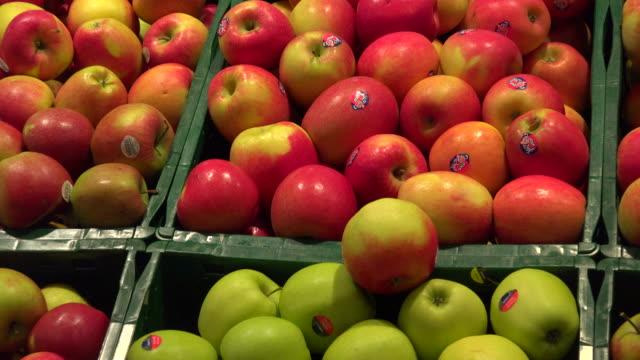 choice of apples in a supermarket - クレート点の映像素材/bロール