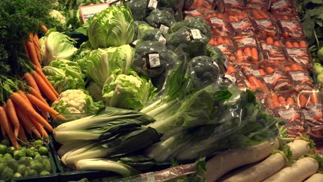 choice of vegetables in a supermarket - gemüse stock-videos und b-roll-filmmaterial