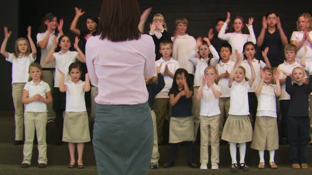 vidéos et rushes de choir of school children - choeur