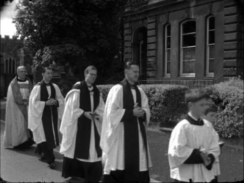 vídeos y material grabado en eventos de stock de choirboys celebrate rogation monday england bedfordshire leighton buzzard ext choirboys along path leading from church / side view choirboys and... - coro