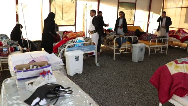 vídeos y material grabado en eventos de stock de cholera patients receive treatment in the tents which were set up at the sabeen hospital's garden because of lack of hospital beds, in sanaa, yemen... - yemen