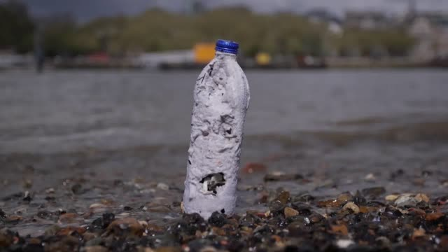 vidéos et rushes de choose water have developed a new water bottle that is plastic free fully biodegradable and sustainably sourced for more information go to... - bouteille d'eau minérale