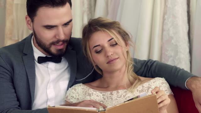 vídeos de stock e filmes b-roll de choosing a wedding dress in the store - cabine de loja