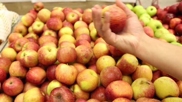 vídeos de stock, filmes e b-roll de escolhendo maçã no supermercado - escolher
