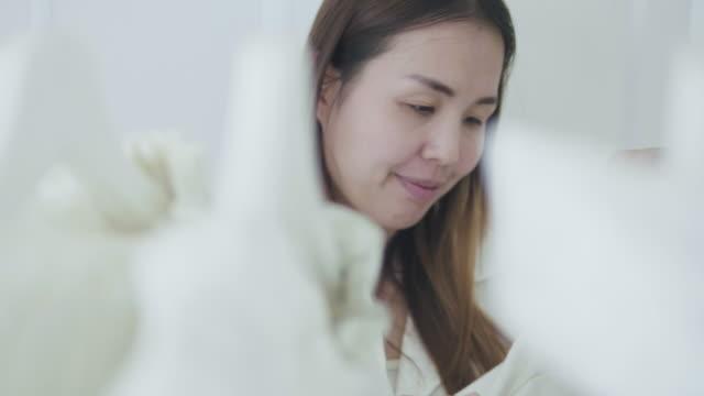 シンプルな生活でドレスを選ぶ - シャツ点の映像素材/bロール