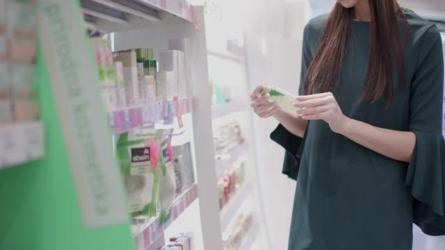 vidéos et rushes de choisir le nettoyant facial en pharmacie - marchandise