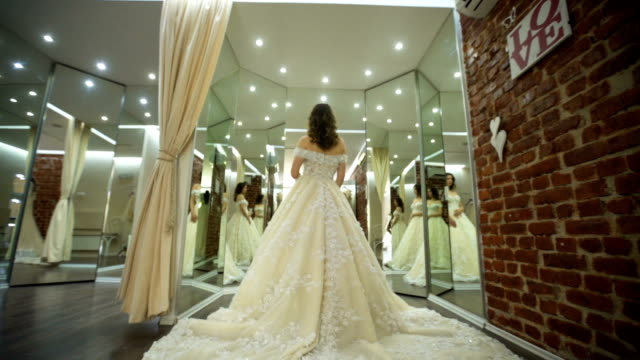 彼女の完璧な結婚式のドレスを選択します。 - ドレス点の映像素材/bロール