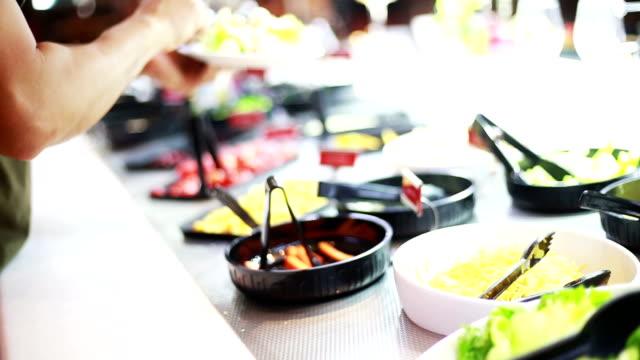 vidéos et rushes de choix salade au bar à salade. - salade verte