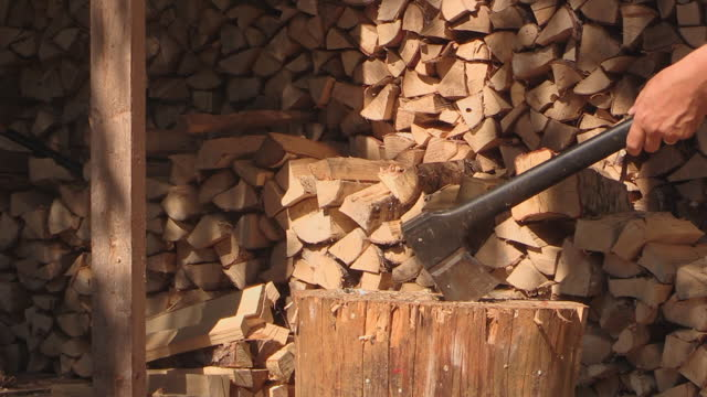 vidéos et rushes de hacher le bois de chauffage avec une hache - bois
