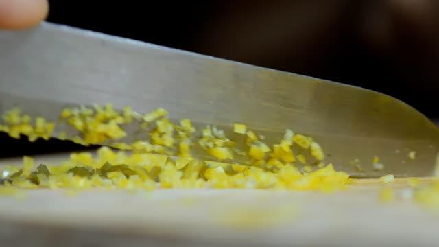 vídeos de stock, filmes e b-roll de cortar o limão descascado - casca de fruta