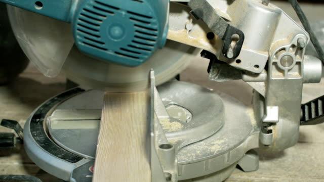 vídeos de stock, filmes e b-roll de hd: serra de corte de madeira - serra elétrica