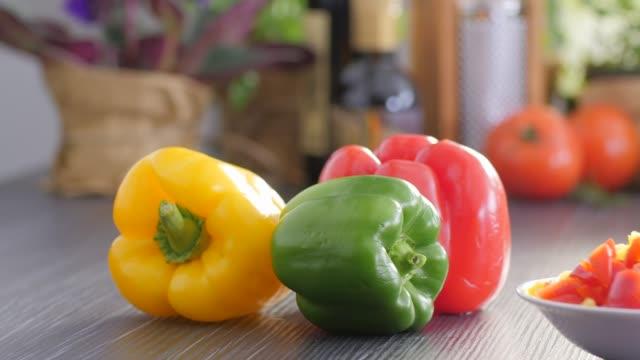 vidéos et rushes de aliments crus. hacher des aliments vegetables.healthy. cuisine colorée - plan de travail de cuisine