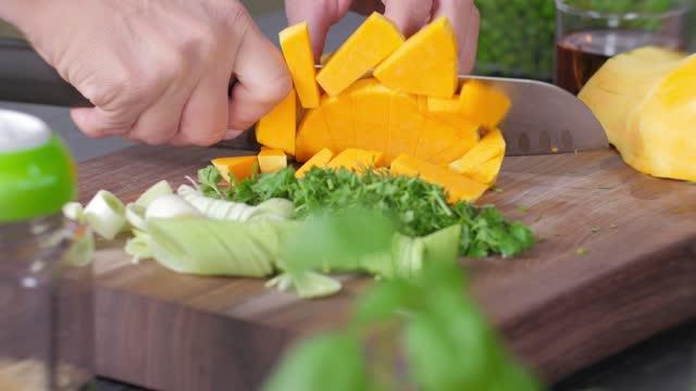 rohkost. chop vegetables.gesunde lebensmittel. bunte küche - hausdekor stock-videos und b-roll-filmmaterial