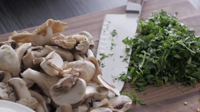 stockvideo's en b-roll-footage met hak vegetables.healthy voedsel. kleurrijke keuken - ingrediënt